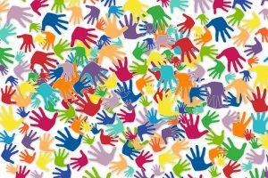 Abdruck der Hände vieler Menschen